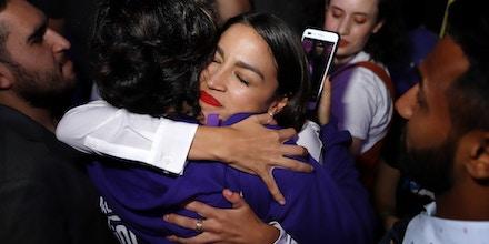 Alexandria Ocasio-Cortez abraça um apoiador durante a celebração da vitória na boate La Boom no Queens, em Nova York, em 6 de novembro.