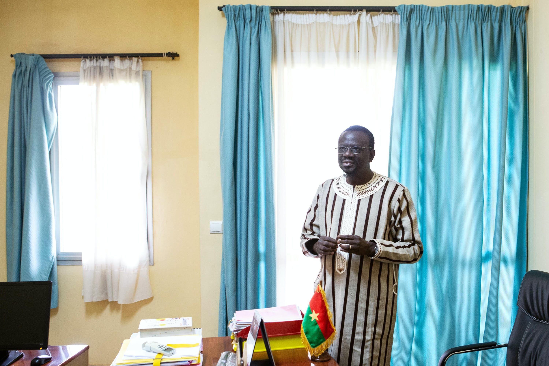 O vice-presidente do parlamento, Bénéwende Sankara, em seu gabinete na nova sede do congresso burquinabê, em Uagadugu, Burkina Faso, no dia 28 de agosto.