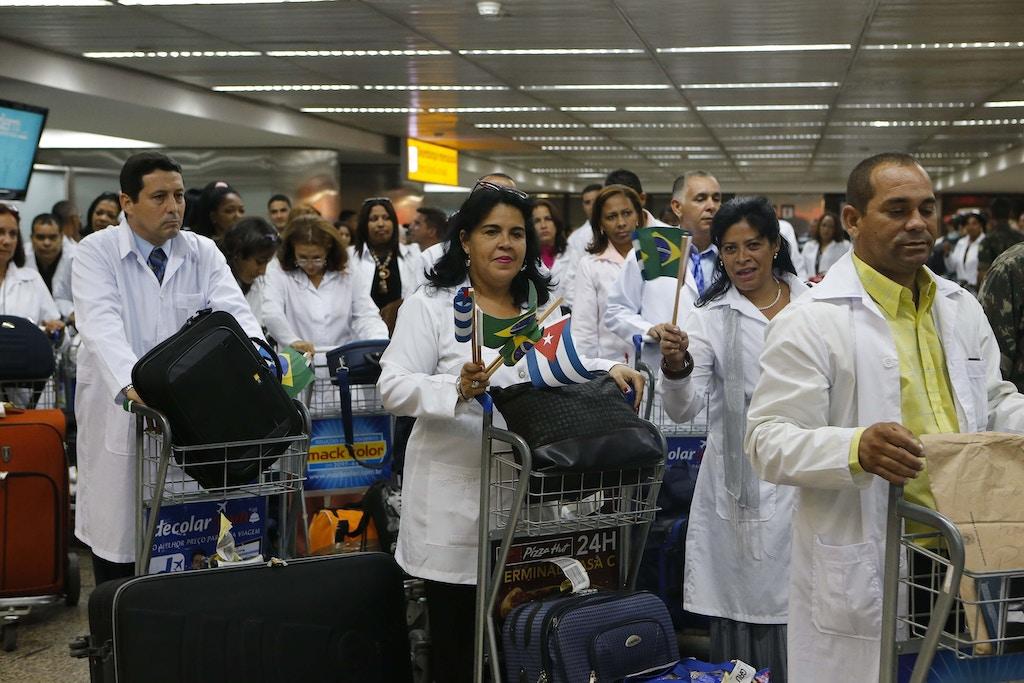 Médicos cubanos desembarcam no Aeroporto Internacional de Guarulhos (SP), em novembro de 2013.