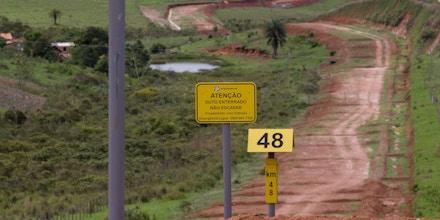 MORRO DO PILAR, MG, BRASIL, 13-11-2014: Dutos da Anglo American do projeto Minas-Rio, cruzam propriedade em Morro do Pilar (MG). Minerodutos das empresas Anglo American (529km), que comeca a funcionar ainda esse ano, e da Manabi (511km), em fase de estudo, com previsão para inicio de funcionamento em 2018, ligam os estados de Minas Gerais ao Rio de Janeiro e de Minas Gerais ao Espirito Santo, por meio de tubos que transpotarão o minerio de ferro extraído da região da Serra da Ferrugem, aproximadamente 150km de Belo Horizonte. Sendo os maiores do mundo, estes minerodutos estão causando diversos problemas na região por terem suas licencas ambientais sob suspeita e causarem diversos danos ambientais nas regiões por onde passam. (Foto: Fabio Braga/Folhapress, MERCADO)