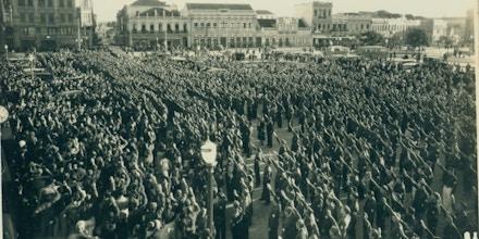 Concentração integralista em Blumenau. Santa Catarina, durante as comemorações do dia da bandeira em 1937.