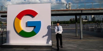 Homem passa diante de um logo do Google na Conferência Mundial de Inteligência Artificial em Xangai, na China, em 26 de setembro de 2018.