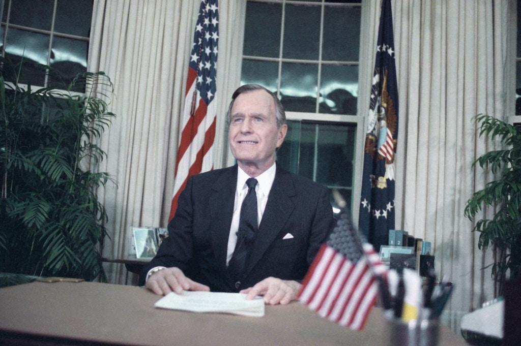 O presidente George H.W. Bush discursa em rede nacional no Salão Oval, no dia 16 de janeiro de 1991, depois da deflagração da Operação Tempestade no Deserto contra o Iraque.