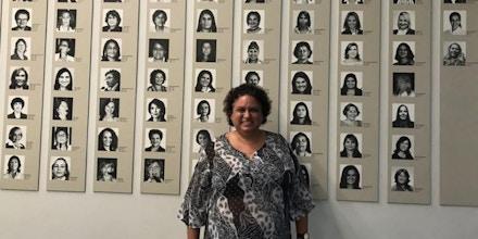 Lola Aronovich em frente a um mural com fotos de deputadas mulheres no Congresso Nacional, em Brasília.