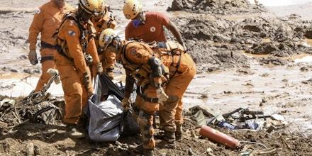 Resgate às vítimas durante rompimento da barragem da Mina do Feijão, em Brumadinho, região metropolitana de Belo Horizonte.