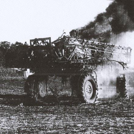 O trator despejou agrotóxico para destruir a lavoura dos agricultores. Terminou em chamas.