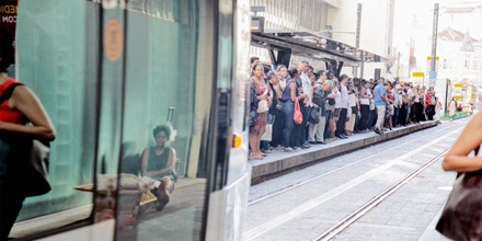 As 3 linhas de VLT mudaram o cenário do Centro do Rio. Embora repleta em alguns horários de pico, o prefeito Marcelo Crivella diz que o modal ainda dá prejuízo aos cofres da cidade.