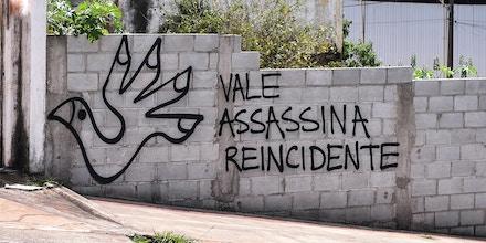 Em muro da capital Belo Horizonte, pichação faz referência ao rompimento da barragem de Mariana, que contaminou o Rio Doce em 2015.