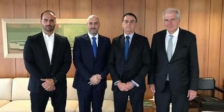 Da esquerda, deputado Eduardo Bolsonaro, Douglas Tavolaro, presidente Jair Bolsonaro e Rubens Menin em uma reunião no Palácio do Planalto no dia 18 de janeiro.