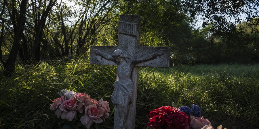 A grave at the Eli Jackson Cemetery in San Juan, Tex. on Nov. 6, 2018. The new proposed wall would leave this property on the south side of it.Photo: Verónica G. Cárdenas for The Intercept