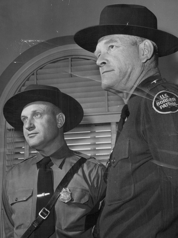 John P. Longan, à esquerda, e Owen S. Juvrud, ambos experientes inspetores patrulheiros baseados em El Paso, Texas, fotografados em Denver, em 11 de maio de 1955, numa viagem de recrutamento em nome da Patrulha de Fronteira dos EUA.