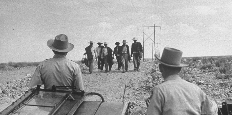 Agentes da Patrulha de Fronteira observam a chegada de migrantes.