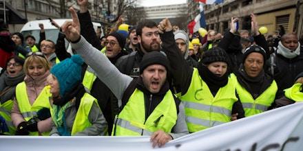 """""""Coletes amarelos"""" cantam palavras de ordem enquanto marcham por Paris, em 12 de janeiro de 2019."""