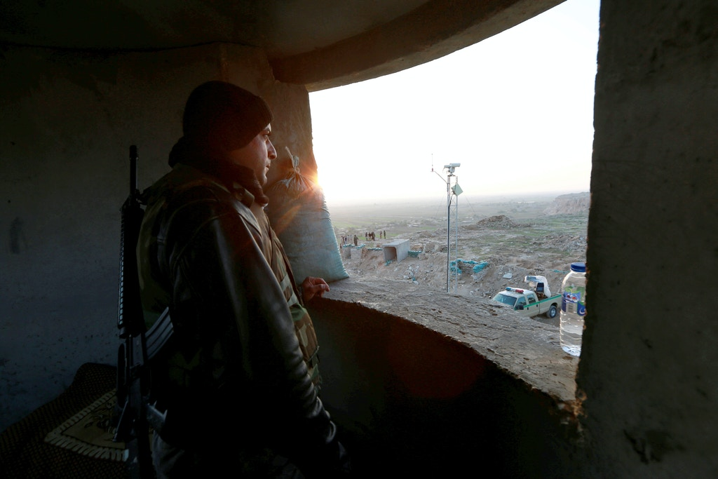 A Popular Mobilisation Forces (PMF) fighter takes his position near the Iraqi-Syrian border in al-Qaim, Iraq, November 25, 2018. Picture taken November 25, 2018.  REUTERS/Alaa al-Marjani - RC1D8A730420