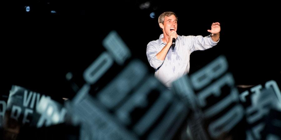 O ex-deputado Beto O'Rourke, candidato democrata ao Senado dos EUA, discursa em um comício em Austin, no Texas, que contou com a participação do cantor Willie Nelson, no dia 29 de setembro de 2018.