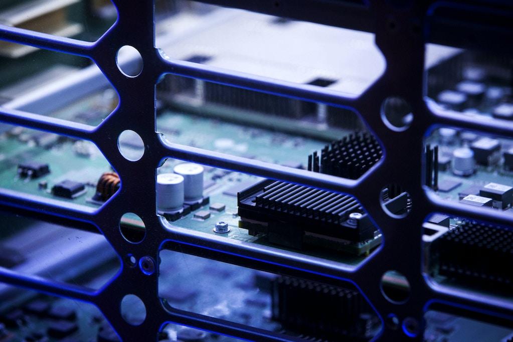 Componentes são vistos em uma placa de circuito dentro dos Interruptores Agile Série S12700 da Huawei Technologies Co. em exibição em uma sala de exposições na sede da empresa em Shenzhen, na China, na terça-feira, 5 de junho de 2018.