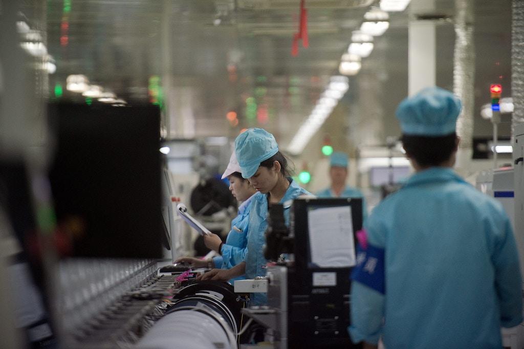 Operários montam circuitos de chips para smartphones em fábrica de smartphones em Dongguan, na China, em 8 de maio de 2017.