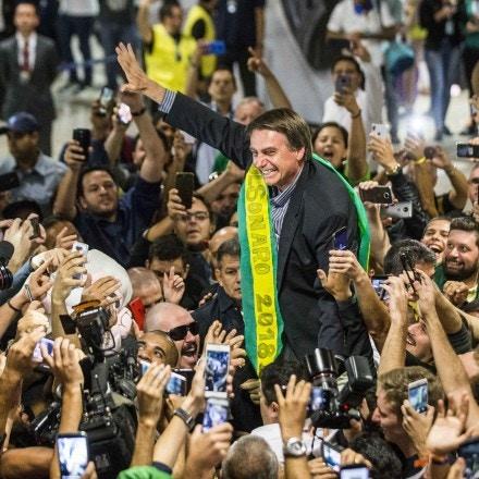 ***A ARQUIVO*** CURITIBA, PR, 28.03.2018: JAIR-BOLSONARO - O deputado Jair Bolsonaro (PSL), pré-candidato à Presidência da República, é recebido por apoiadores no aeroporto Afonso Pena, em Curitiba (PR), nesta quarta. (Foto: Danilo Verpa/Folhapress)