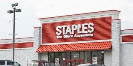 A logo sign outside of a Staples office supply retail store in Franklin, Ohio on June 30, 2017. Photo by Kristoffer Tripplaar *** Please Use Credit from Credit Field ***(Sipa via AP Images)