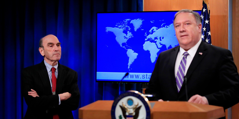 Elliott Abrams, esquerda, escuta o Secretário de Estado Mike Pompeo falar sobre a Venezuela no Departamento de Estado, em Washington, D.C., em 25 de janeiro de 2019.
