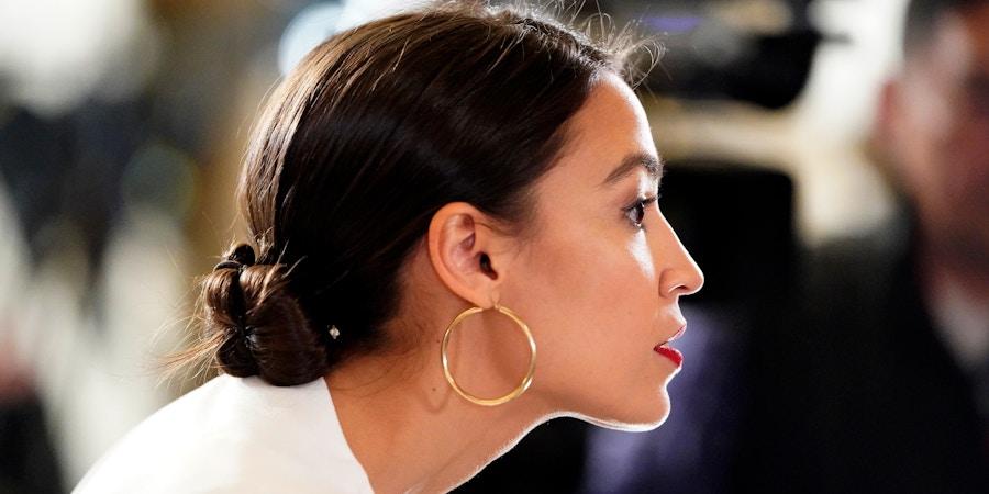 Deputada Alexandria Ocasio-Cortez chega para ouvir o presidente fazer seu discurso sobre o Estado da União em Capitol Hill, em Washington D.C., no dia 5 de fevereiro de 2019.