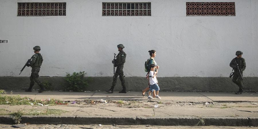 Patrulha policial no Complexo da Maré, Rio de Janeiro.