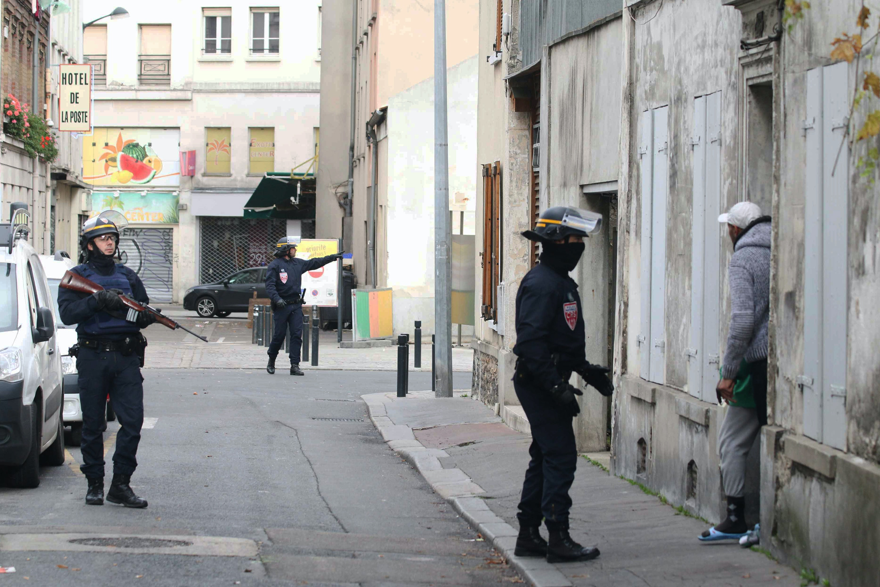 PARIS, FRANCE - NOVEMBER 18: Armed police asks residents near the assault area to stay inside at Saint-Denis on November 18, 2015 in Paris, France. Officials said police had been hunting Abdelhamid Abaaoud, a Belgian Islamist militant accused of masterminding the Nov. 13 carnage, but more than seven hours after the launch of the pre-dawn raid it was still unclear if they had found him. Seven people were arrested in the operation, which started with a barrage of gunfire, including three people who were pulled from the apartment, officials said.PHOTOGRAPH BY Yann Schreiber / Barcroft USAUK Office, London.T +44 845 370 2233W www.barcroftmedia.comUSA Office, New York City.T +1 212 796 2458W www.barcroftusa.comIndian Office, Delhi.T +91 11 4053 2429W www.barcroftindia.com (Photo credit should read Yann Schreiber / Barcroft USA / Barcroft Media via Getty Images)