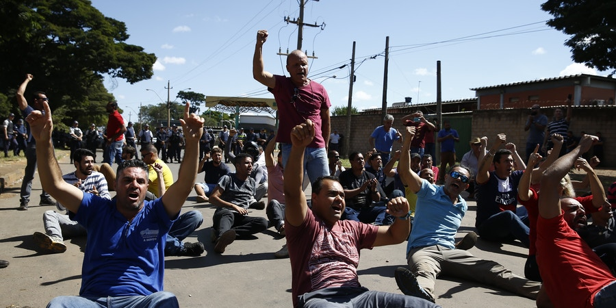 Motoboys e motoristas da Uber fazem protesto em frente à distribuidora de combustíveis no SIA (setor de indústria e abastecimento), em Brasília, DF.