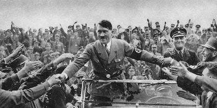 Adolf Hitler (1989-1945) sendo recebido por apoiadores em Nuremberg. em 1933.