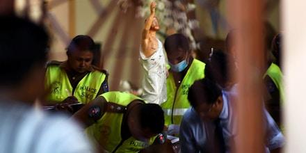 Agentes de segurança inspecionam a parte interna da igreja de São Sebastião em Negombo, em 22 de abril de 2019, um dia após o prédio ter sido atingido em uma série de explosões que tiveram como alvo igrejas e hotéis de luxo no Sri Lanka.