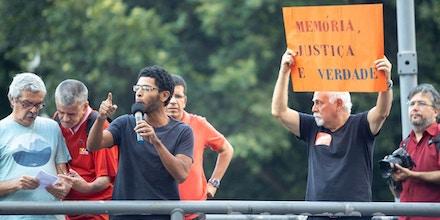 Professor Pedro Mara em protesto contra a ditadura, no último dia 31 de março, na Cinelândia.