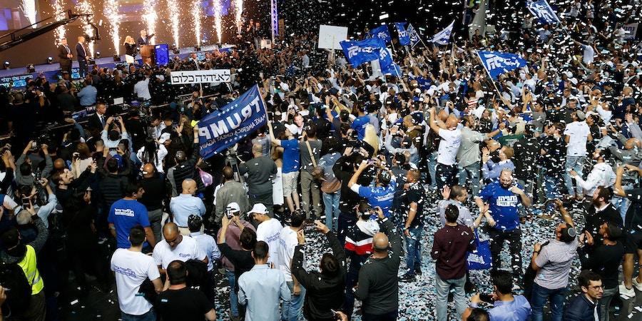 Simpatizantes do partido de extrema direita Likud, de Israel, celebraram quando o primeiro-ministro Benjamin Netanyahu declarou sua vitória na noite de terça-feira, em Tel Aviv.