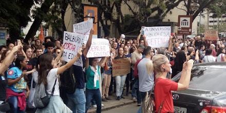 Estudantes protestando contra os cortes de verbas para educação, no dia 15 de maio em frente a Universidade Federal do Rio Grande do Sul, em Porto Alegre.