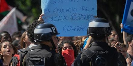 Estudantes protestam contra o corte orçamentário do governo Bolsonaro, em 6 de maio, no Rio de Janeiro.