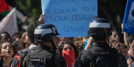 Estudantes protestam contra o corte orçamentário do governo Bolsonaro, em 6 de maio, no Rio de Janeiro.