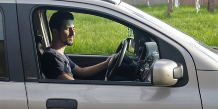 O sírio Houssam Nour em seu carro, em que trabalha como motorista de uber.
