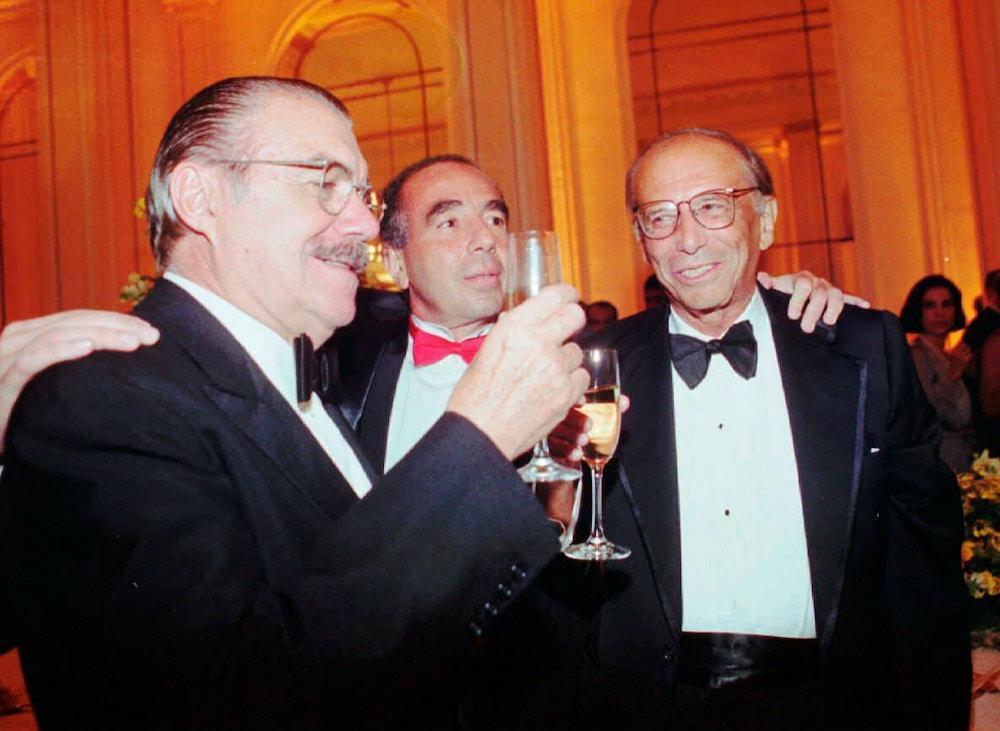 Ex-presidente José Sarney faz um brinde no aniversário de 80 anos de Roberto Campos no Copacabana Palace, no Rio de Janeiro, em 1997.