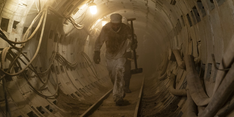 """Mineiros trabalhando sob o reator nuclear danificado na minissérie """"Chernobyl"""", da HBO."""