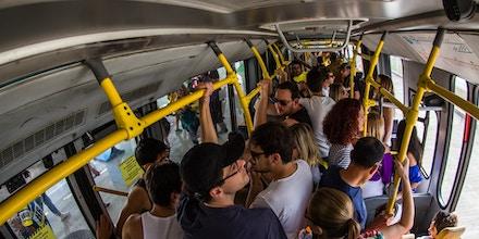 Usuários de ônibus BRT, no Rio de Janeiro. . (Foto: Ricardo Borges/Folhapress)