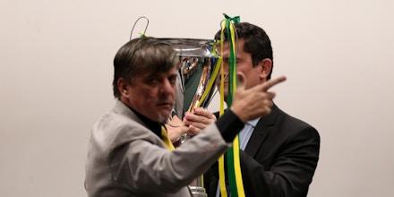Deputado Boca Aberta (PROS-PR) entrega troféu ao ministro Sergio Moro durante depoimento na Câmara.