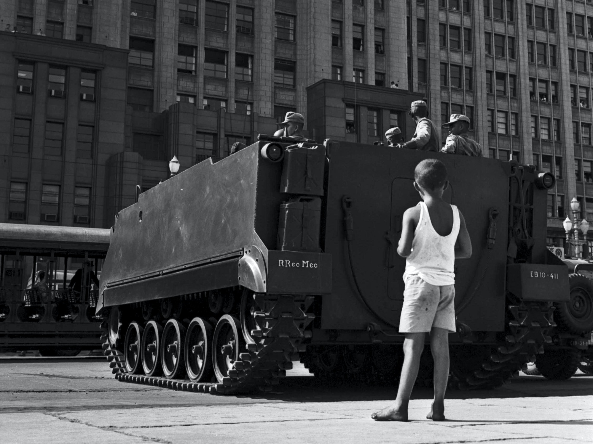 Boy observes soldiers and war tank during rally organized by then President João Goulart, known as Jango, at which base reforms were defended, in Rio de Janeiro, southeastern Brazil, March 13, 1964. The rally was allegedly one of the reasons behind the 1964 coup de d'état - Photo: Domício Pinheiro/Agência Estado/AE (Agencia Estado via AP Images)