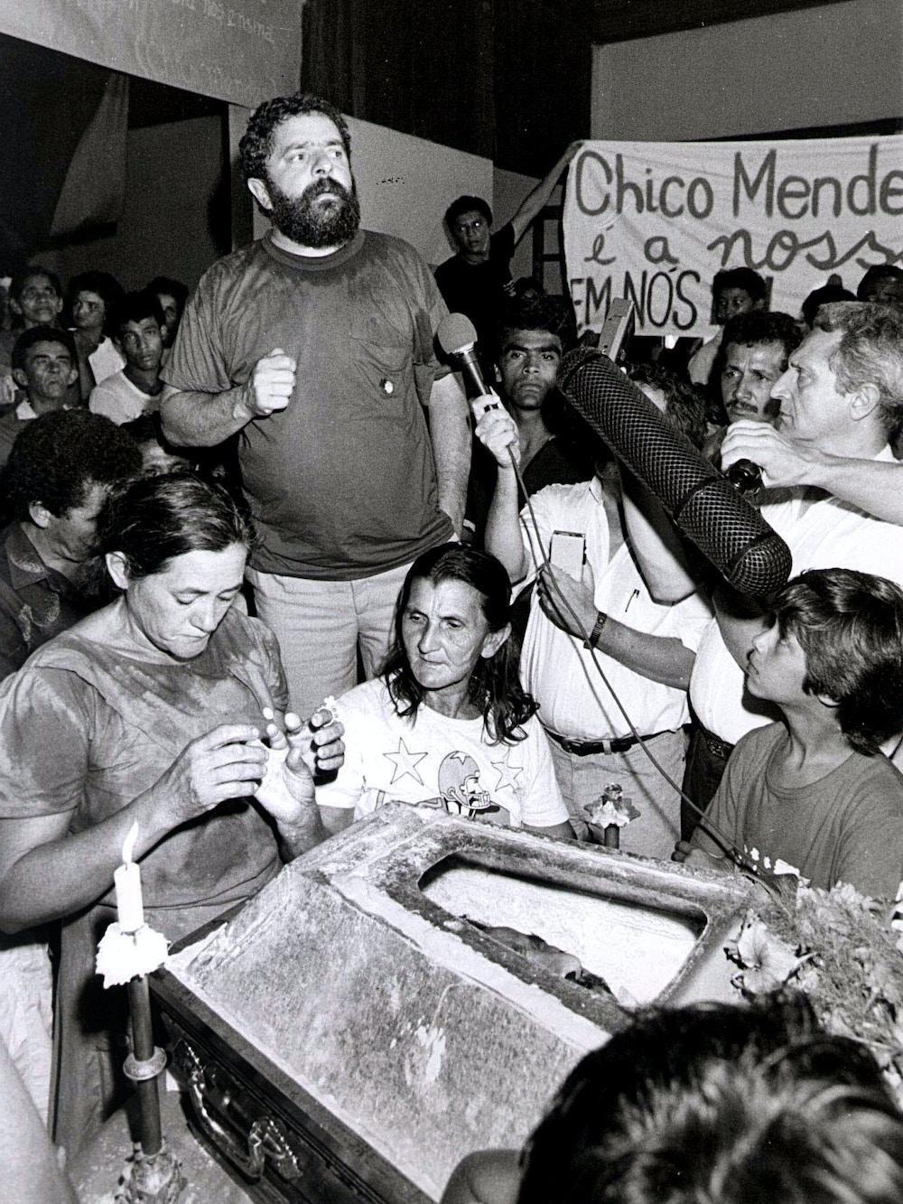Lula discursa em funeral de Chico Mendes, no dia 25 de dezembro de 1988.