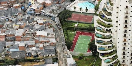 Vista do bairro Morumbi, em São Paulo (SP), mostra apartamentos de luxo que fazem divisa com a favela de Paraisópolis. Foto de 2004 que faz parte da Coleção Pirelli/Masp. Foto: Tuca Vieira/Folhapress