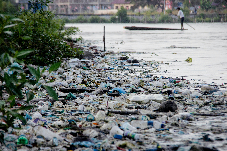 Um reservatório contaminado com resíduos plásticos em Lhokseumawe, na Indonésia, em 22 de março.
