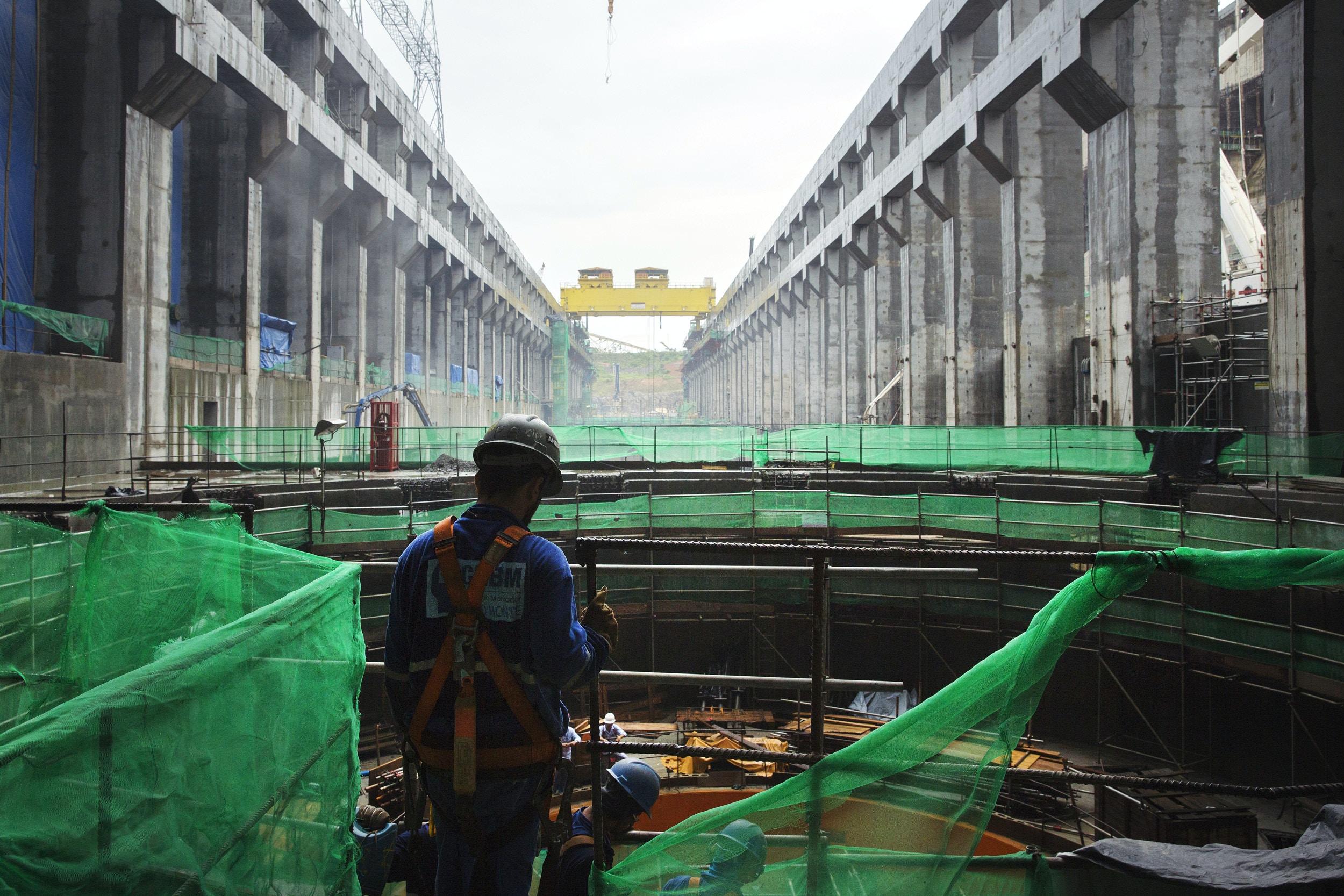 Operários trabalham na construção da casa de força principal da hidrelétrica de Belo Monte no rio Xingu em Altamira (PA).