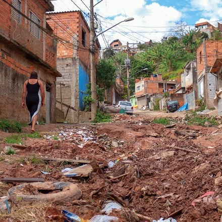 Falta de saneamento básico no bairro de Tâmara impacta na saúde da família. Os buracos e o barro na rua de sua casa dificultam a passagem de carros e moradores.