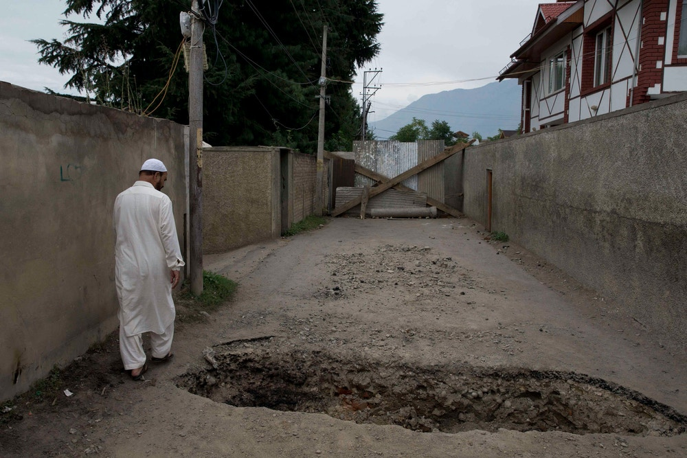 AP_19228566814291-Roadblocks-in-Kashmir-1568233780