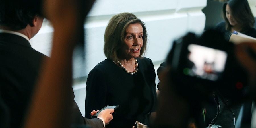 A presidente da Câmara dos Deputados, Nancy Pelosi, fala à imprensa em 25 de setembro de 2019, depois de se reunir com a bancada democrata da Câmara um dia depois de anunciar que a Câmara iniciará uma investigação formal de impeachment contra o presidente Donald Trump.