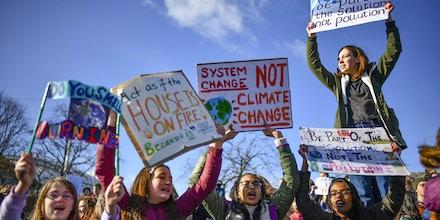 Crianças participando da Greve Global do Clima nas portas do Parlamento escocês em Edimburgo, Escócia, em 15 de março de 2019.