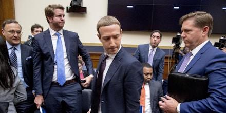 O CEO do Facebook, Mark Zuckerberg, ao centro, acompanhado pelo vice-presidente de políticas públicas dos EUA, Kevin Martin, à direita, faz uma pausa nos depoimentos antes de uma audiência do Comitê de Serviços Financeiros da Câmara em Washington, D.C., em 23 de outubro de 2019.